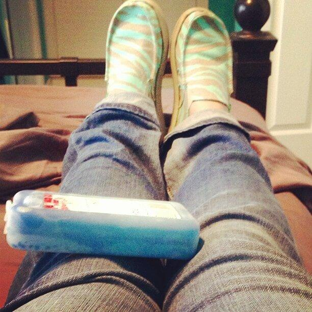 Ice-to-help-ease-symptoms-of-it-band-syndrome-runners-guide-itbs