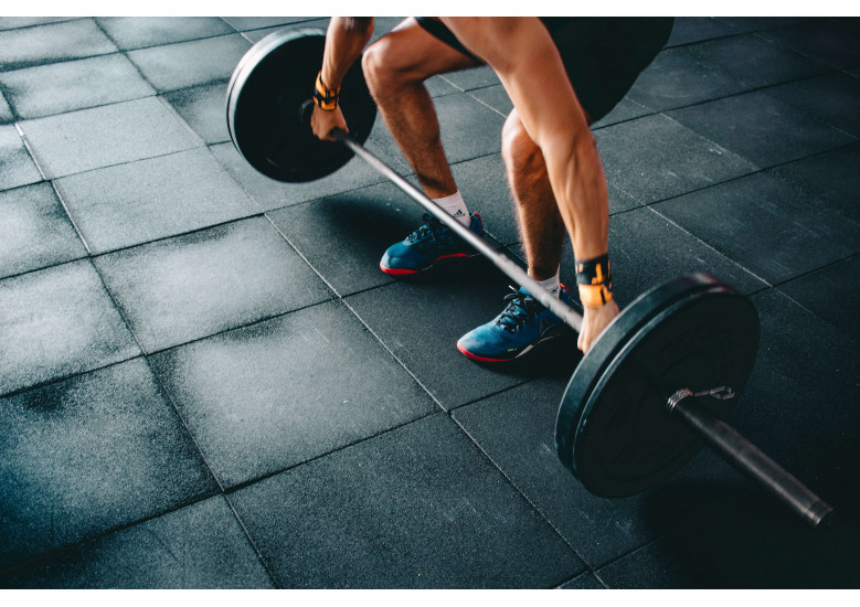 CrossFit training is possible for beginners, consisting of body weight exercises and weightlifting that is best done with an instructor at a CrossFit gym.