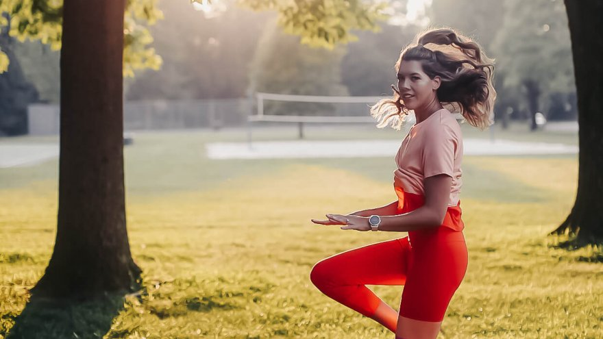 Dynamic warm-up exercises runners should do include high knees and mountain climbers before a run.