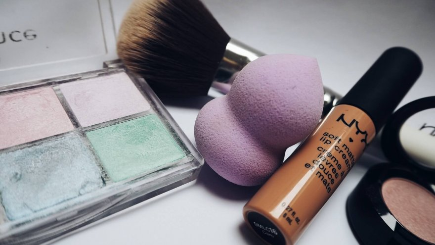 Determining whether makeup is harmful to skin when running